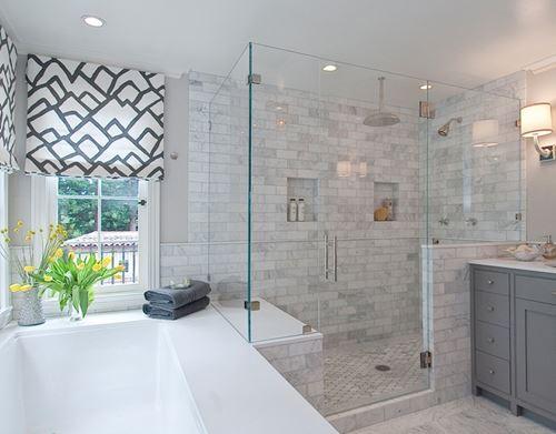 Phòng tắm vách kính đặt trong không gian đẹp